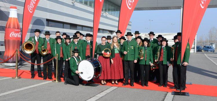 Musikverein Götzendorf begrüßt den FIFA Pokal am Flughafen Wien